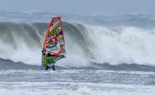 Danmarksmesteren-i-windsurf-waveperformance-Lars-Petersen-trodsede-stormen-i-Nordjylland.-Om-et-øjeblik-bliver-han-nedlagt-af-bølgen-som-vi-ser-på-billedet-og-må-svømme-i-land-med-brækket-mast-og-krøllet-udstyr